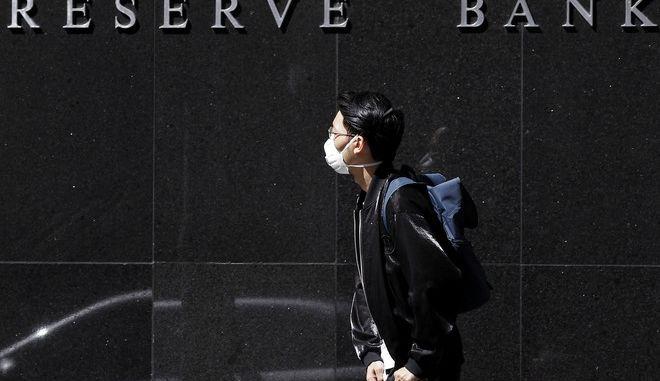 Άντρας περιμένει έξω από τράπεζα στο Σίδνευ
