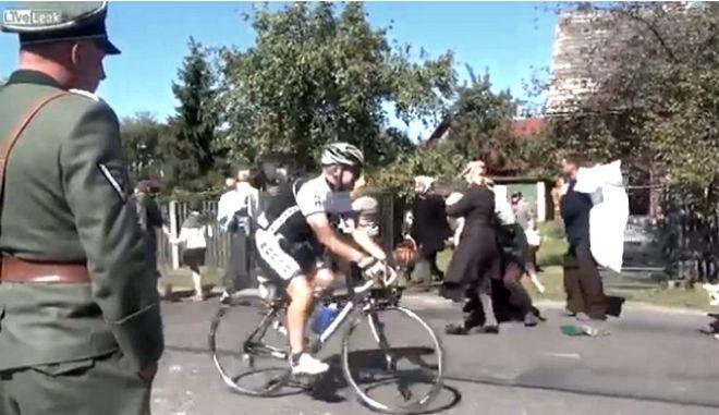 Troll ποδηλάτης διακόπτει γυρίσματα ταινίας για τον Β' Π. Πόλεμο
