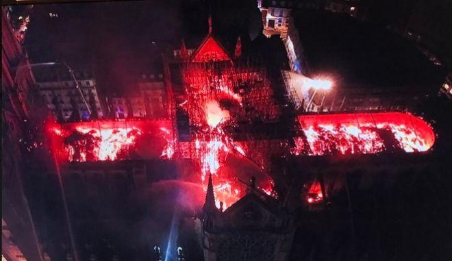 Η Παναγία των Παρισίων καίγεται. Καρέ από drone