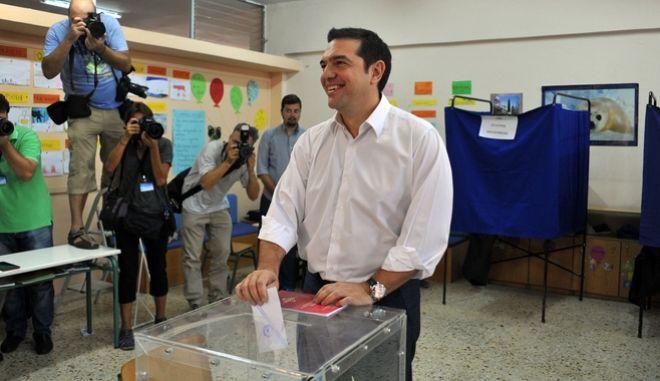 Ο Αλέξης Τσίπρας ασκεί το εκλογικό του δικαίωμα. Φωτογραφία αρχείου από τις εκλογές του Σεπτεμβρίου 2015