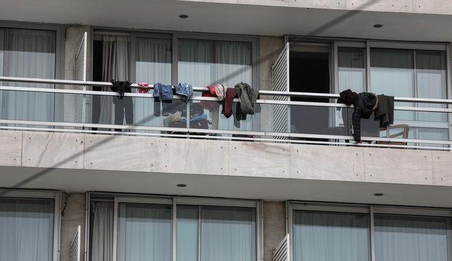 Σε καραντίνα σε ξενοδοχείο της Αθήνας Έλληνες που επέστρεψαν από την Ισπανία, την Δευτέρα 23 Μαρτίου 2020