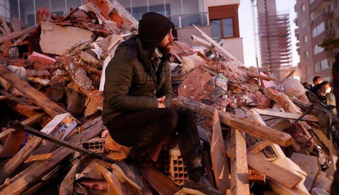 Επιζών στέκεται σε ερείπια κτιρίου στη Σμύρνη