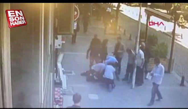 Άνδρας έδερνε τη γυναίκα του στην μέση του δρόμου