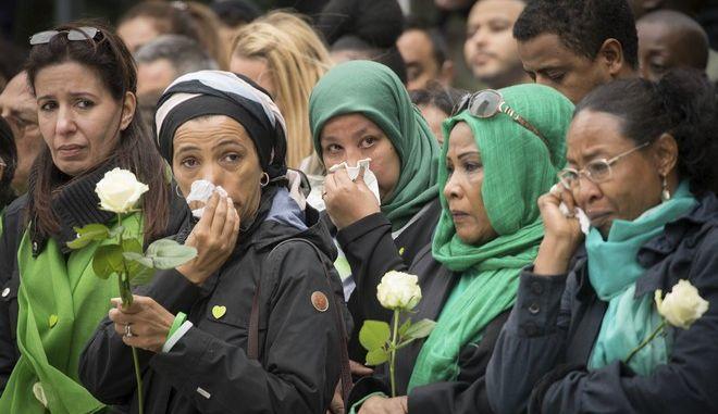 Οικογένειες των θυμάτων του Grenfell Tower, στο μνημόσυνο για τον ένα χρόνο από το τραγικό συμβάν  (Stefan Rousseau/Pool Photo via AP)