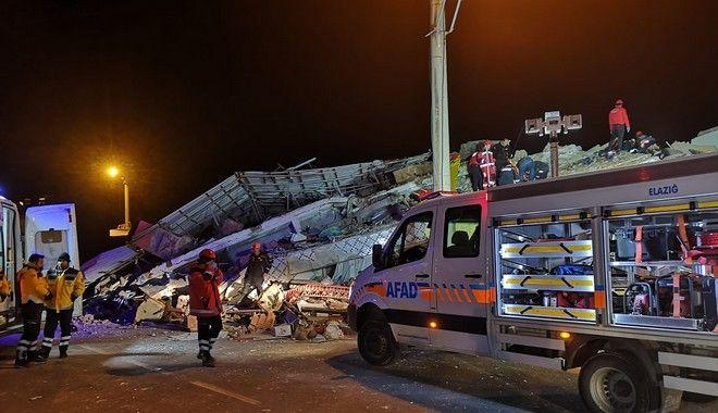 Διασώστες επιχειρούν σε συντρίμμια για την ανεύρεση επιζώντων μετά τον καταστροφικό σεισμό που έπληξε την Τουρκία