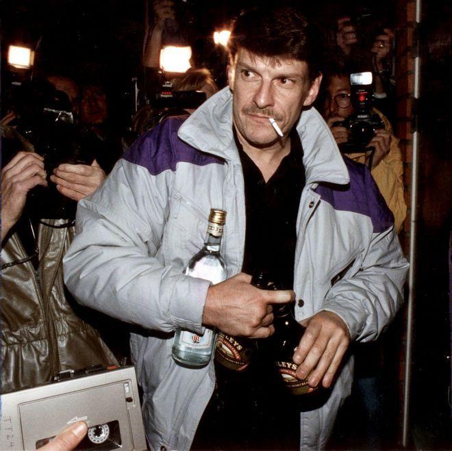 Ο Κρίστερ Πέτερσον με τα ποτά στο χέρι μετά την αθώωσή του τον Οκτώβριο του 1998
