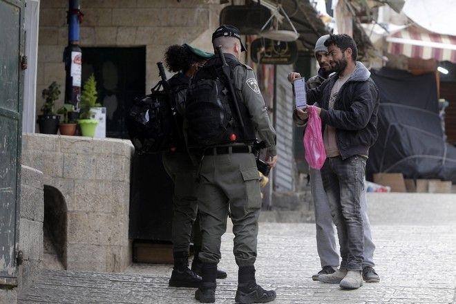 Η ισραηλινή αστυνομία ελέγχει έγγραφα από Παλαιστίνιους στην Παλιά Πόλη της Ιερουσαλήμ