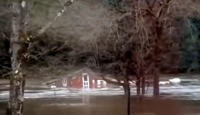 Σπίτι παρασύρεται από ορμητικά νερά, Νέα Υόρκη