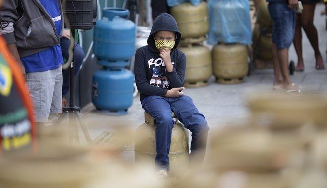Παιδί με μάσκα στη Βραζιλία