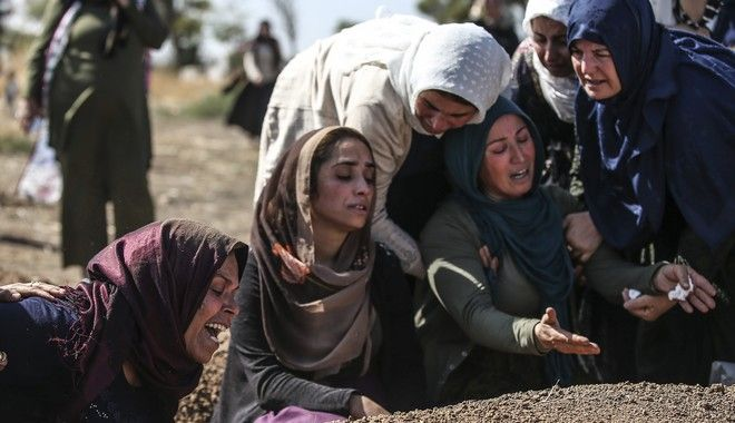 Θρήνος στις κηδείες των νεκρών, μετά την τουρκική εισβολή στη Συρία