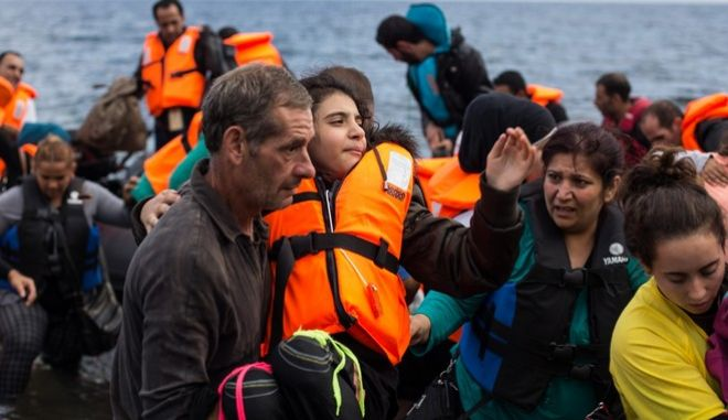 Refugees and migrants arrive by boat on the Greek island of Lesbos after crossing the Aegean sea from Turkey, on October 13, 2015 /                  ,  ,  13 , 2015