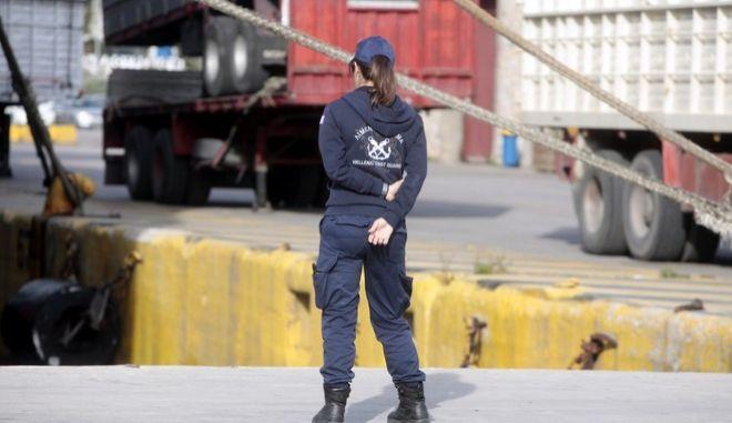 ΠΕΙΡΑΙΑΣ-Στο λιμάνι του Πειραιά οι διασωθέντες μετανάστες από το ναυάγιο της Σάμου, όπου έχασαν τη ζωή τους 22 άνθρωποι.Πρόκειται για 32 άτομα, 7 Σύριοι, 24 Σομαλοί και μία γυναίκα από την Ερυθραία, ενώ με το ίδιο δρομολόγιο θα μεταφερθούν οι σοροί των 12 νεκρών μιας και οι 10 έχουν ήδη ταυτοποιηθεί. (EUROKINISSI-ΓΕΩΡΓΙΑ ΠΑΝΑΓΟΠΟΥΛΟΥ)