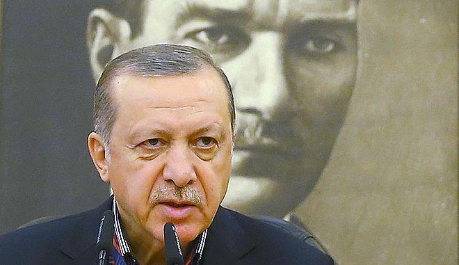 O Ερντογάν μπροστά από το πορτραίτο του Κεμάλ