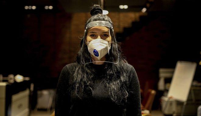 Γυναίκα φορά προστατευτική μάσκα στην Κωνσταντινούπολη