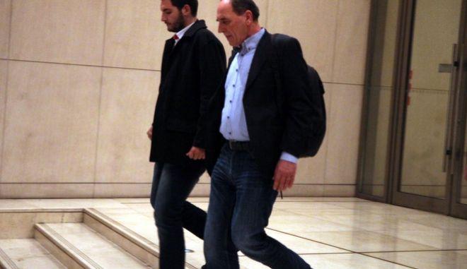 """Ο υπουργός Οικονομίας Γιώργος Σταθάκης εξερχόμενος από το ξενοδοχείο """"Χίλτον"""" μετά την συνάντηση με τους εκπροσώπους των δανειστών την Τρίτη 15 Μαρτίου 2016. (EUROKINISSI/ΑΛΕΞΑΝΔΡΟΣ ΖΩΝΤΑΝΟΣ)"""