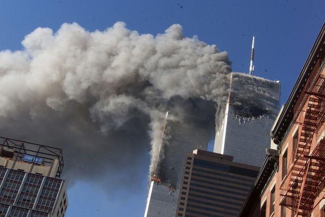 Οι Δίδυμοι Πύργοι καταρρέουν