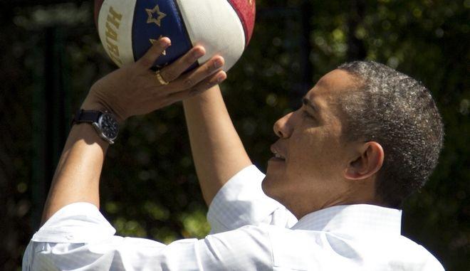 Ο Μπάρακ Ομπάμα παίζει μπάσκετ