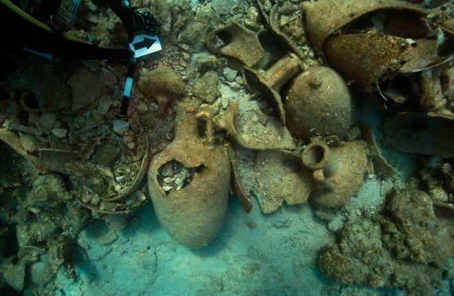 Σημαντικά ευρήματα περιλαμβάνονται στα αποτελέσματα της πρώτης ερευνητικής περιόδου της ενάλιας αρχαιολογικής έρευνας της Εφορείας Εναλίων Αρχαιοτήτων στη νήσο Λέβιθα. Η έρευνα πραγματοποιήθηκε από τις 15 έως τις 29 Ιουνίου υπό τη διεύθυνση του αρχαιολόγου Δρ. Γεωργίου Κουτσουφλάκη. Στα πλέον αξιόλογα ευρήματα της έρευνας του 2019 περιλαμβάνονται ένα ναυάγιο με μεικτό φορτίο αμφορέων από το Αιγαίο (Κνίδος, Κως και Ρόδος), την Φοινίκη και την Καρχηδόνα, που χρονολογείται λίγο πριν από τα μέσα του 3 ου αιώνα π.Χ., εποχή κατά την οποία οι Πτολεμαίοι και Αντιγονίδες έριζαν για την ναυτική κυριαρχία στο Αιγαίο.Συνολικά εντοπίστηκαν πέντε ναυάγια. Σε ό,τι αφορά τα άλλα ναυάγια, πρόκειται για ένα ναυάγιο με φορτίο αμφορέων από την Κνίδο, το οποίο χρονολογείται στην ίδια περίοδο, ενώ εντοπίστηκαν τρία ακόμα ναυάγια με φορτία Κώων ή ψευδο- Κώων αμφορέων (του 2 ου και 1 ου αι. π.Χ. και του 2 ου αι. μ.Χ.), ένα ναυάγιο με φορτίο αμφορέων από το Βόρειο Αιγαίο του 1 ου αιώνα π.Χ., ένα ναυάγιο με φορτίο ροδιακών αμφορέων του 1 ου αι. μ.Χ. και τέλος ένα ναυάγιο με αμφορείς που χρονολογούνται στην παλαιοχριστιανική περίοδο. Εξαιρετικό ενδιαφέρον από τα ανελκυσθέντα ευρήματα παρουσιάζει ένας γρανιτένιος στύπος άγκυρας, που ανελκύστηκε από βάθος 45 μέτρων, βάρους 400 κιλών. Χρονολογείται πιθανότατα στον 6 ο αιώνα π.Χ. και είναι ο μεγαλύτερος σε μέγεθος λίθινος στύπος της Αρχαϊκής περιόδου, που έχει εντοπιστεί έως σήμερα στο Αιγαίο. Η χρήση του παραπέμπει, προφανώς, σε πλοίο κολοσσιαίων για την εποχή του διαστάσεων. Η Λέβιθα (αρχ. Λέβινθος) αποτελεί το ανατολικότερο μίας συστάδας τεσσάρων απομονωμένων νησιών (Λέβιθα, Μαυριά, Γλάρος και Κίναρος) που γεφυρώνουν το θαλάσσιο πέρασμα από τις Κυκλάδες στα Δωδεκάνησα στο ύψος του 37 ου παράλληλου, μεταξύ Λέρου και Αμοργού. Η έρευνα συντελείται σε τριετή χρονικό ορίζοντα (2019-2021), με σκοπό τον εντοπισμό και την τεκμηρίωση των αρχαίων ναυαγίων στην παράκτια ζώνη του νησιωτικού αυτού συμπλέγματος, που φαίνεται να έπαιξε καίριο ρόλο στην αρχαί