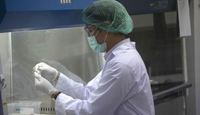 Ερευνητής σε εργαστήριο που μελετά τον κορονοϊό