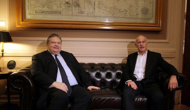 Ο αντιπρόεδρος της κυβέρνησης και υπουργός Εξωτερικών Ευάγγελος Βενιζέλος με τον τέως πρόεδρο του ΠΑΣΟΚ, Γιώργο Παπανδρέου, στην συνάντησή τους την Πέμπτη 20 Νοεμβρίου 2014, στο υπουργείο Εξωτερικών. (EUROKINISSI/ΓΕΩΡΓΙΑ ΠΑΝΑΓΟΠΟΥΛΟΥ)