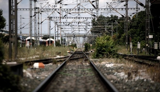 Immobilized trains and suburban after the 24-hour strike of the Panhellenic Union of Traction Personnel, in Thessaloniki, Greece, on June 9, 2016. /          24       (), , , 9  2016.