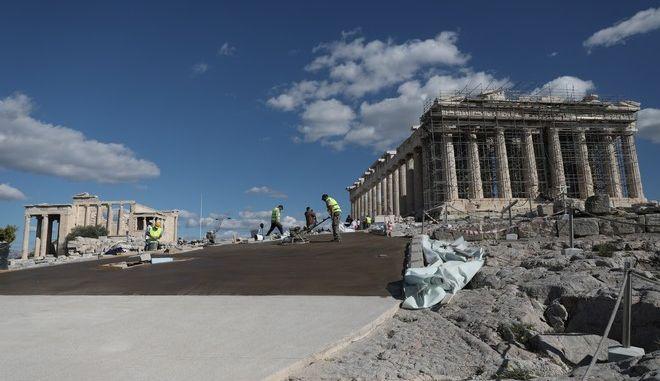 Έργα ανάπλασης των τσιμεντένιων διαδρομών για ΑΜΕΑ και άτομα με κινητικές δυσκολίες στο μνημείο του Παρθενώνα στην Ακρόπολη