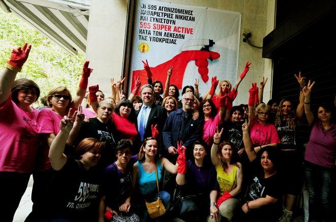 Οι απολυμένες καθαρίστριες του Υπουργείου Οικονομικών, γιορτάζουν την Δευτέρα 11 Μαϊου 2015, την επιστροφή στην εργασία τους με το νομοσχέδιο για το δημόσιο που ψηφίστηκε στη Βουλή την περασμένη εβδομάδα. (EUROKINISSI/ΤΑΤΙΑΝΑ ΜΠΟΛΑΡΗ)