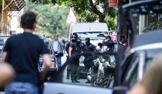 Επιχείρηση της Ελληνικής Αστυνμίας σε τέσσερα υπό κατάληψη κοντά στην πλατεία Εξαρχείων.