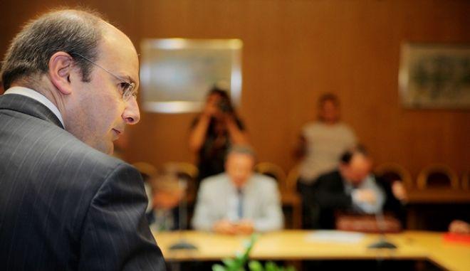 """Ευρεία σύσκεψη για τη δράση """"Rethink Athens β Ξανα-Σκέψου την Αθήνα"""" στην οποία μετείχαν ο υπουργός Ανάπτυξης, Ανταγωνιστικότητας, Υποδομών, Μεταφορών και Δικτύων Κωστής Χατζηδάκης, ο αναπληρωτής υπουργός Σταύρος Καλογιάννης, ο αναπληρωτής υπουργός Περιβάλλοντος, Ενέργειας και Κλιματικής Αλλαγής Σταύρος Καλαφάτης, ο Περιφερειάρχης Αττικής Γιάννης Σγουρός, ο δήμαρχος Αθηναίων Γιώργος Καμίνης, ο Πρόεδρος και Διευθύνων Σύμβουλος της Αττικό Μετρό ΑΕ Χρήστος Τσίτουρας και ο Πρόεδρος του ΔΣ του Ιδρύματος Ωνάση Αντώνης Παπαδημητρίου. Η σύσκεψη πραγματοποιήθηκε στο κτήριο του υπουργείου Μεταφορών την Δευτέρα 3 Ιουνίου 2013. (EUROKINISSI/ΚΩΣΤΑΣ ΚΑΤΩΜΕΡΗΣ)"""