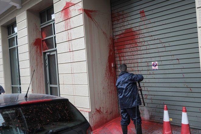 Άγνωστοι πραγματοποίησαν επίθεση με μπογιές στο Ίδρυμα Γουλανδρή, στην οδό Ερατοσθένους στο Παγκράτι, την Τρίτη 2 Μαρτίου 2021