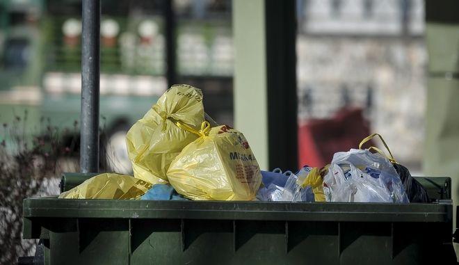 Πλαστικές σακούλες σε κάδο σκουπιδιών στην πόλη των Τρικάλων την Τετάρτη 3 Ιανουαρίου 2018. Με την έλευση του 2018, έπαψε και η δωρεάν διάθεση της πλαστικής σακούλας από τα ταμεία των σούπερ μάρκετ και των εμπορικών καταστημάτων, ενώ θα συνεχίσουν να διατίθενται δωρεάν σε λαϊκές αγορές και περίπτερα. Πλέον θεσπίζεται ανταποδοτικό περιβαλλοντικό τέλος για κάθε αγορά πλαστικής σακούλας από τους καταναλωτές, όπως άλλωστε γίνεται και σε άλλες χώρες της Ευρώπης. Κάθε πλαστική σακούλα κοστίζει τέσσερα λεπτά ενώ από 1/1/2019 το κόστος τους θα είναι 9 λεπτά. Σκοπός είναι να μειωθεί η ρύπανση του περιβάλλοντος και ιδιαίτερα των υδάτινων οικοσυστημάτων. (EUROKINISSI/ΘΑΝΑΣΗΣ ΚΑΛΛΙΑΡΑΣ)