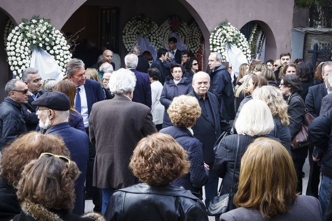 Στιγμιότυπο από την κηδεία του δημοσιογράφου Βασίλη Μουλόπουλου,στο νεκροταφείο Χαλανδρίου, Παρασκευή 9 Μαρτίου 2018 (EUROKINISSI/ΓΙΩΡΓΟΣ ΚΟΝΤΑΡΙΝΗΣ)
