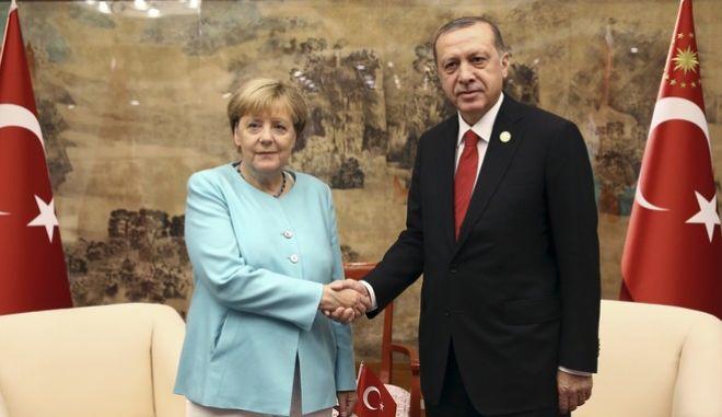 Η Μέρκελ προειδοποιεί ότι θα απαγορεύσει τις συγκεντρώσεις υπέρ του Ερντογάν