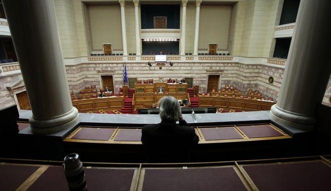 Εισάγεται με τη διαδικασία του κατεπείγοντος στην Ολομέλεια της Βουλής το νομοσχέδιο του υπ. Οικονομικών με τα 13 προαπαιτούμενα.