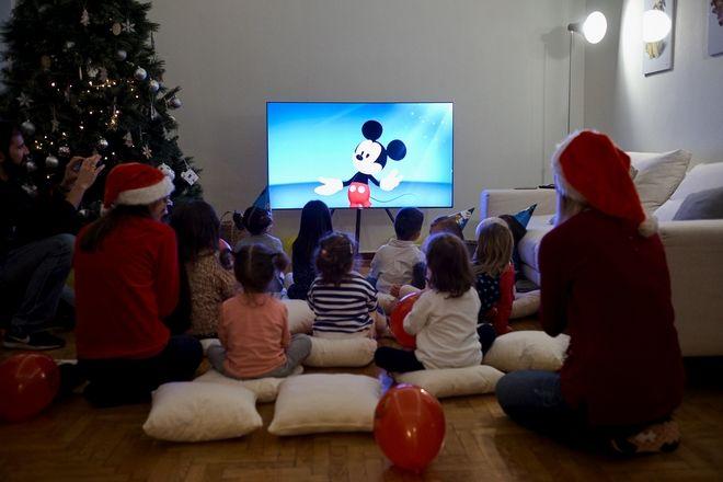 To Disney κάνει και μας τους μπαμπάδες να κάτσουμε στον καναπέ