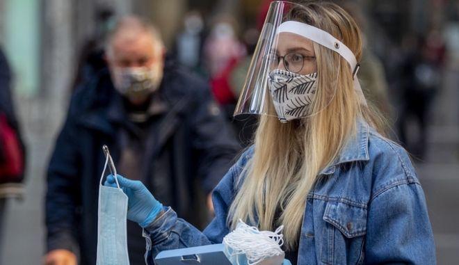 Γυνίκα με μάσκα στη Γερμανία