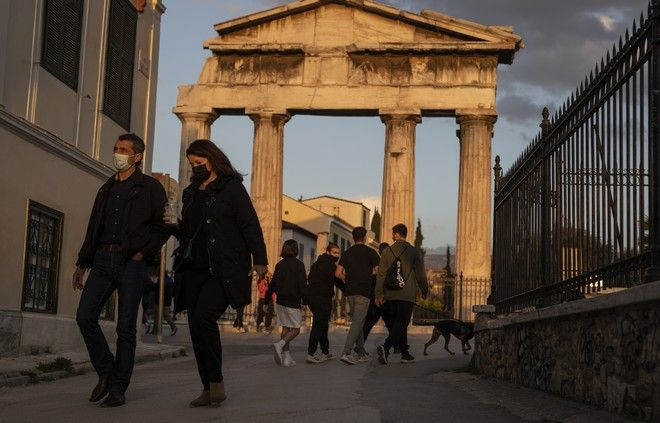 Άνθρωποι με μάσκα περπατούν στο κέντρο της Αθήνας