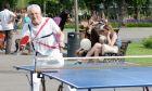 Ένας ηλικιωμένος άντρας παίζει πινγκ-πονγκ