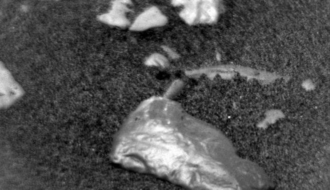 Παράξενο λαμπερό αντικείμενο εντόπισε το Curiosity στον Άρη