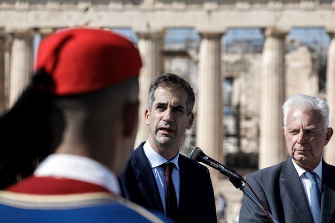 Επετειακή έπαρση της ελληνικής σημαίας από τον Δήμαρχο Αθηναίων, Κώστα Μπακογιάννη, στον βράχο της Ακρόπολης για την συμπλήρωση 75 χρόνων από την απελευθέρωση της Αθήνας από τις  ναζιστικές δυνάμεις, το Σάββατο 12 Οκτωβρίου 2019.