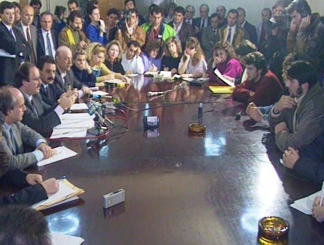 Συνάντηση της «παναττικής» επιτροπής μαθητών με τον υπουργό Παιδείας Βασίλη Κοντογιαννόπουλο. Διακρίνεται δεξία με το κόκκινο πουλόβερ ο Αλέξης Τσίπρας.