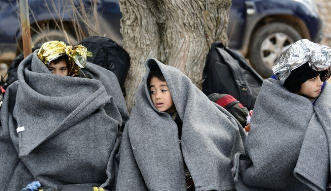 Παιδιά από το Αφγανιστάν τυλιγμένα με κουβέρτες