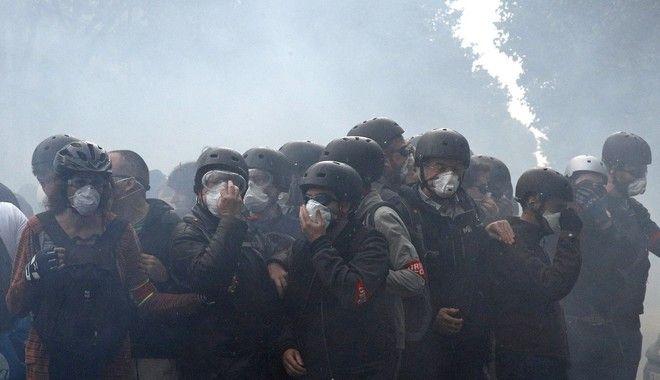 Συμπλοκές αστυνομικών - απεργών στο Παρίσι
