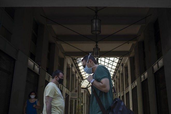 Περαστικοί με μάσκες στην Αθήνα.