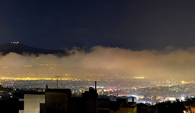 """Ένα τεράστιο πέπλο αιθαλομίχλης """"πνίγει"""" τον αττικό ουρανό"""