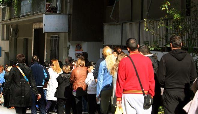 Ουρά έξω από τον ΟΑΕΔ στο Παγκράτι,για το επίδομα ανεργίας,από νωρίς το πρωί που ξεκινούσε από την οδό Υμηττού και κάλυπτε σχεδόν όλη την οδό 'Ακρωνος (ένα οικοδομικό τετράγωνο) ,Παρασκευή 21 Οκτωβρίου 2011 (EUROKINISSI/ ΤΑΤΙΑΝΑ ΜΠΟΛΑΡΗ)