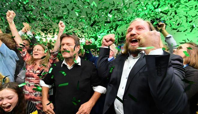 Οι ηγέτες των Πρασίνων στην Βαυαρία πανηγυρίζουν για τα αποτελέσματα των εκλογών που τους αναδεικνύουν δεύτερη μεγαλύτερη δύναμη στο κρατίδιο.