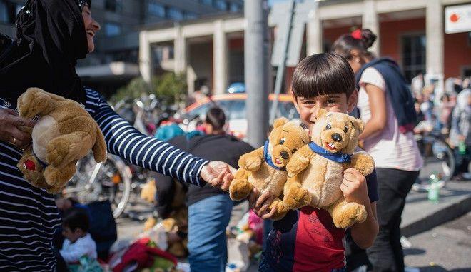 Welt: Η ΕΕ υπόσχεται να δώσει χρήματα για τους πρόσφυγες, αλλά δεν το κάνει