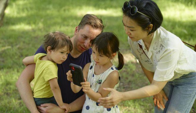 Τα παιδιά δίνουν φωνή στο πλανήτη μέσω του Earth speaker, ένα διαδραστικό, καλλιτεχνικό έργο που ξεκίνησε ο Olafur Eliasson