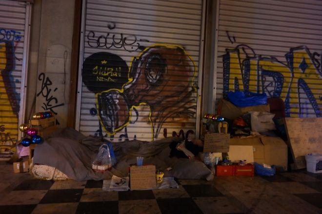 Η  Πόλη της Αθήνας είναι έτοιμη να υποδεχτεί τη νύχτα των Χριστουγέννων. Με πολλούς ανθρώπους να έχουν για σπίτι το πεζοδρόμιο και να συμμετέχουν στη γιορτή των Χριστουγέννων ,έχοντας στολίσει το χώρο κατοικίας τούς. ΚΟΝΤΑΡΙΝΗΣ ΓΙΩΡΓΟΣ EUROKINISSI